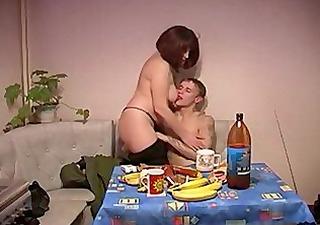 une mère de famille suce un petit jeune